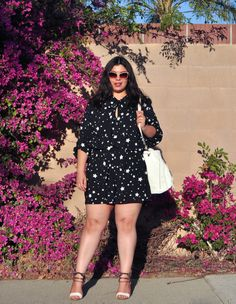 21 Genius Outfit Ideas to Steal This Summer: A Shoppable Guide | black and white star print dress and sandals on @jaymirandablog