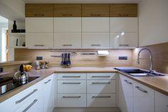 Bílá kuchyně s americkou lednicí | Barbora Grünwaldov á Kitchen Room Design, Modern Kitchen Design, Kitchen Layout, Kitchen Interior, Bunk Bed Rooms, Small Apartment Kitchen, Home Projects, Kitchen Cabinets, Home Decor