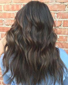Jeseň hýri farbami a rovnako by mali aj vaše vlasy. Ak túžite po zmene, nemusí byť vôbec radikálna. Stačí sa inšpirovať tými naj trendami zo zahraničia.
