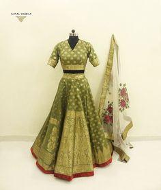 Green gold silk banarasi lehenga with net dupatta. Brocade Lehnga, Banarasi Lehenga, Lehnga Dress, Latest Bridal Lehenga, Lehenga Choli Latest, Designer Bridal Lehenga, Gold Lehenga, Half Saree Lehenga, Sangeet Outfit