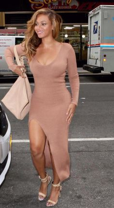 Beyonce steps out in a nude split dress as she leads the VMA nomination pack Beyonce Et Jay Z, Beyonce Style, Beyonce Knowles, Beyonce Legs, Side Slit Dress, Maxi Dress With Sleeves, Anna Wintour, King B, Look Fashion