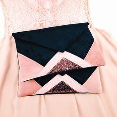 Pochette bleu marine et rose en suédine Handmade Handbags, Leather Bags Handmade, Handmade Bags, Pochette Diy, Clutch Bag Pattern, Sewing Online, Pink Tote Bags, Boho Bags, Fabric Bags
