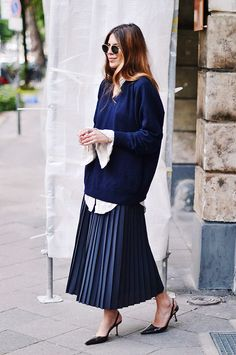 Buy Short Sleeve Loose Plain Maxi Dresses Casual Long Dresses with Pockets Black Pleated Skirt Outfit, Blue Skirt Outfits, Twin Outfits, Winter Skirt Outfit, Mode Outfits, Fashion Outfits, Long Pleated Skirts, Pleated Dresses, Long Dresses