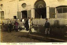 """Giorgio Sommer (1834-1914), """"Napoli - Fabbrica di maccheroni"""". Fotografia colorita a mano"""