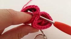 Adorable coeur 💙💚💛💜 *tuto inside* Crochet Diy, Gadgets, Amigurumi, Crochet Doll Tutorial, Crochet Keychain, Porte Clef, Greeting Card, Embroidered Jeans, Gadget