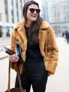 Total look noir + fourrure vintage courte = le bon mix