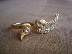 Anel em metal dourado no formato de asas com aplicação de strass Swarovski branco.  Aro 23 (diâmetro: 1,92cm) R$36,00