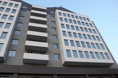 Fachada ventilada gris, moderna. Edificio Doko, en Albania.