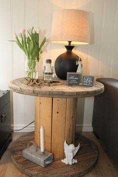 Gjenbruk kan bli veldig fint. Her er det laget bord av en gammel kabeltrommel.