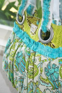 Gathered bag tutorial. This is way stinkin' cute!!! Love those colors too!