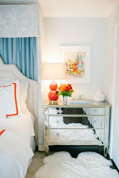 thefoodogatemyhomework:  Snazzy master bedroom by Bailey Quin. Girl loves herself a half-tester and so do I, so it's all good. Love the combination of light aqua and persimmon.