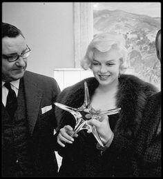 """26 Février 1959 / (Photos Paul SLADE) Marilyn reçoit le prix français """"French Crystal Star Award"""" (représenté par une étoile en cristal) pour la catégorie de """"La meilleure actrice étrangère"""" pour le film """"Le prince et la danseuse"""" (The Prince and showgirl). C'est Georges AURIC, un compositeur français, qui lui remet le prix. Marilyn étant enceinte, elle ne put venir en France pour recevoir son prix ; par conséquent, la cérémonie eut lieu au 'French Ambassador Hotel' (le consul de France) de…"""