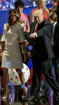 Donald, Melania & Barron Trump Malania Trump, Trump One, Mr President, Hourglass Shape, First Lady Melania Trump, American Presidents, Classy Women, First Nations, Red White Blue