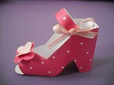 Oi!     Esta é uma sugestão de lembrancinha super bonita e original. Estes sapatinhos são feitos com papel, pode ser papel de scrap, cartol...
