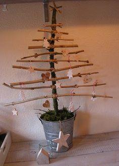 """In het bos/park op zoek naar takken, en samen de """"kerstboom"""" in elkaar zetten :-D"""