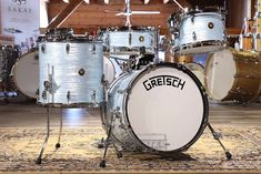Personalized Service from Drummers who care. Buy the Gretsch Broadkaster 4pc Jazz Drum Set Vintage Oyster White at Drum Center of Portsmouth and browse thousands of unique percussion products tailored for the serious and beginning drummer.