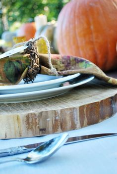 Entertaining idea: using tree slices as plate chargers #rustic #entertaining #party #tablescape