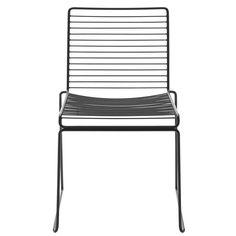 HEE Dining chair fra HAY - perfekt for utendørs bruk Outdoor Dining Chairs, Outdoor Furniture, Outdoor Decor, Garden Furniture, Dining Table, Hay Chair, Scandinavia Design, D 40, Metal Chairs
