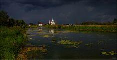 В Суздале перед  грозой. Автор: Виктор Перякин