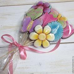 Купить или заказать Букет из пряников  - цветы, бабочки, сердечки в интернет-магазине на Ярмарке Мастеров. Цена указана за букет из 9 пряников Все пряники можно заказать по отдельности. ***имбирное печенье не только красивое ,но и очень-очень вкусное! качество теста самое высокое - читайте о нем в Профиле. Официально на Ярмарке продажа hand-made продуктов питания не разрешена, поэтому администрация сайта и делает приписку о том что работа не предназначена в пищу…