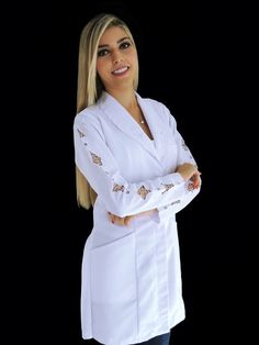 Jaleco Feminino Acinturado Luxuous Doctor White Coat, Scrubs Outfit, Medical Uniforms, Sewing Clothes, Chef Jackets, Chic, Couture, Crop Tops, Womens Fashion