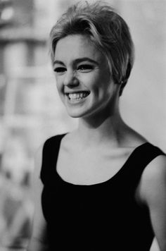 Happy birthday to Stephen Shore! From 1965 through Shore worked in Andy Warhol's studio, the Factory. 📷 Stephen Shore, Edie Sedgwick, ca. Cool Short Hairstyles, Best Short Haircuts, Everybody's Darling, Poor Little Rich Girl, Stephen Shore, Edie Sedgwick, Dorothy Dandridge, Diana Vreeland, Musa