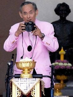 THE BELOVED KING OF THAILAND WAS AN ARDENT CAMERA ENTHUSIAST .......HE ALSO LOVED PLAYING MUSICAL INSTRUMENTS...........ccp
