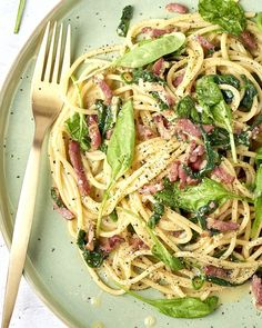 Spaghetti carbonara with bacon and spinach - A true Italian classic that you conjure up on the table in This version is with crispy fried - Carbonara Recept, Pasta Carbonara, Good Healthy Recipes, Vegetarian Recipes, I Love Food, Good Food, Big Meals, Aesthetic Food, Bruschetta