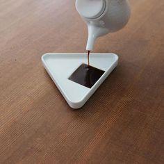 onigiri1 醤油を注ぐとおにぎりに シンプル