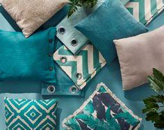 On surf sur la tendance Urban Jungle avec des coussins et rideaux aux tonalités vert d'eau et turquoise associés à des couleurs plus neutres... et on mélange les unis, les imprimés graphiques et les motifs de végétaux.