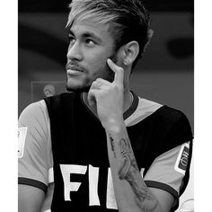 I love black and white photos. Neymar Jr, Good Soccer Players, Football Players, Barca Team, Just Beautiful Men, Soccer Stars, Lionel Messi, Fc Barcelona, Belle Photo