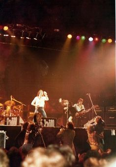 1978/04/30 - GBR, Glasgow, Apollo | Highway To ACDC : le site francophone sur AC/DC Ac Dc, Rock Music, My Music, Rain Fall Down, Bon Scott, Angus Young, Le Site, Young Family, Band Posters