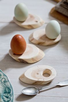 beautiful DIY idea for wood slice egg cups - 28 Delicate Beautiful Wooden Kitchen Utensils source… - Crafts Diy Home Wooden Crafts, Wooden Diy, Diy Crafts, Decor Crafts, Paper Crafts, Juniper Wood, Egg Holder, Egg Cups, Wooden Kitchen