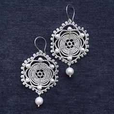 New tatting lace earrings in silver thread and decorated of Swarovski pearls   .   #elenarakovskalace #tatting #tattinglace #lacejewelry #frivolite #frivolité #chiacchierino #handmadejewelry #handmadeearrings #lace #earrings #weddingjewelry #bridejewelry #bride #latviandesign #vintagestyle #etsy #фриволите #кружево #ручнаяработа #винтажныйстиль #серьгиручнойработы #серьги #украшениядляневесты