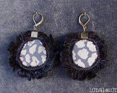 Boucles d'oreille dormeuses rondes réversibles en tissu satiné léopard gris et tissu noir brillant.  Made by Lunabellune