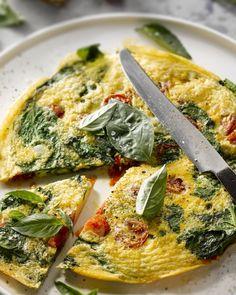 Deze omelet is heerlijk als ontbijt, brunch, lunch of zelfs als avondmaal, met een stukje knapperig brood erbij en eventueel zelfs wat gerookte zalm, heerlijk!