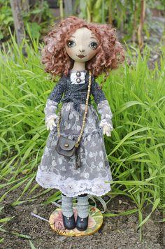 Текстильная кукла Эльза.♥ Текстильная кукла Эльза выполнена из хлопка.Одежда и обувь-из натуральных материалов.Волосы-овечьи кудри,ручное окрашивание.Сумочка из натуральной кожи и деревянных бусин.
