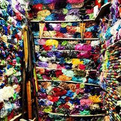 En el mercado de la medina de Essaouira, Marruecos    Aquí se venden hilos de seda...  Pasamos del azul al multicolor!
