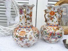 *2 zauberhafte Buffetvasen - Beisteller für eine Kamin- oder Buffetuhr*  Eher neuzeitlich - antiken Originalen nachempfunden, aber auch handbemalt und gestempelt.  Porzellan, reinweiß,...