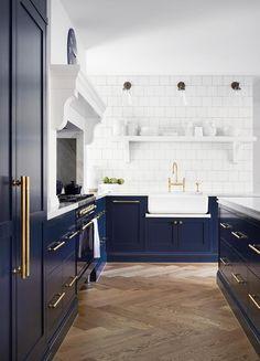 White and navy kitchen Living Room Kitchen, Home Decor Kitchen, Interior Design Kitchen, Kitchen Decorations, Gold Kitchen, New Kitchen, Blue Kitchen Ideas, Blue Kitchen Designs, Kitchen Mixer