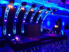 A Barmitzvah in Avenue Banqueting, London Nice truss curves with moving light fixtures as the stage backdrop. A Barmitzvah in Avenue Banqueting, London Nice truss curves with moving light fixtures as the stage backdrop. Dj Stage, Stage Set, Concert Stage Design, Expo Stand, Nightclub Design, Dj Setup, Dj Booth, Dj Equipment, Luminaire Design
