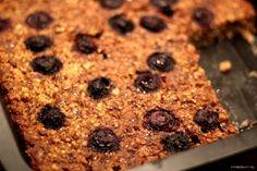 Een traktatie in de ochtend! Zo wil ik het wel noemen; deze smeuïge havermout ontbijt cake. Het was eigenlijk een probeersel dat héél goed heeft uitgepakt! Lees gauw verder voor…