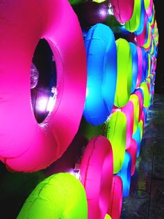 NEONS AND BLACK. Floating lights in fete des lumieres by travesias de luz