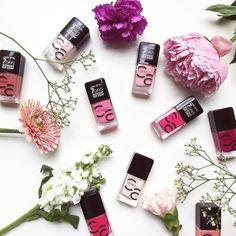 Kann man sich in Nagellack verlieben? Eindeutig JA! Besonders wenn er ohne Topcoat 7 Tage lang hält (haben wir selbst schon unter extremen Bedingungen getestet) und noch dazu in sooo wunderschönen Farben (und noch viel mehr) kommt. Bei dazu findet ihr unter dem Link in unserer Bio  #love @catrice.cosmetics #ICONails #catrice #nailstagram #notd #nailvarnish #nailitdaily #instanails #nailpolish #beauty #flatlay #beautyflatlay #trescli