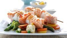 Denne oppskriften med fiskespyd av laks og steinbit marinert med sweet chilisaus er enkel og god. Dette er en nydelig rett som faller i smak hos både store og små.