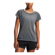 The Women's Nike Breathe Running Top features a slightly loose fit and ultra lightweight mesh fabric to keep you cool while ticking off those miles.