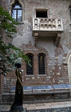 Juliet balcony & Statue in Verona Italy (Romeo and Juliet by William Shakespeare)  via flickr