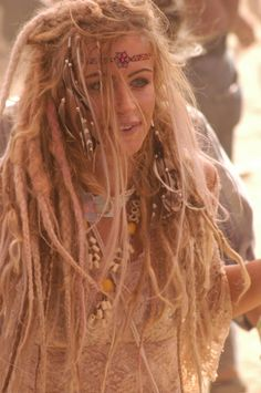 Portrait - Dreads - Dreadlocks - Peace and Love - Boho - Bohemian - Photography - Pose Inspiration Look Boho Chic, Hippy Chic, Hippy Girl, Hippie Hair, Hippie Dreads, Gypsy Hair, Hippie Style, Bohemian Style, Boho Hippie