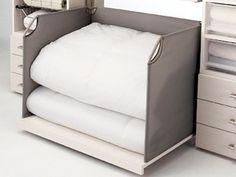 奥行き90cmの収納スペース用のパーツ、スライド寝具棚。これなら軽い力で重い寝具を簡単に手前に引き出せる(上記3点ともアイ・シェルフ/パナソニック電工)