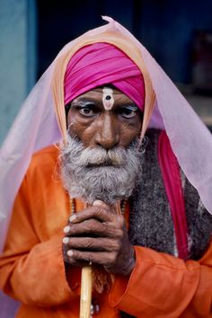 Steve McCurry, INDIA. Ujjain, 2002. Elderly man poses with a stick.